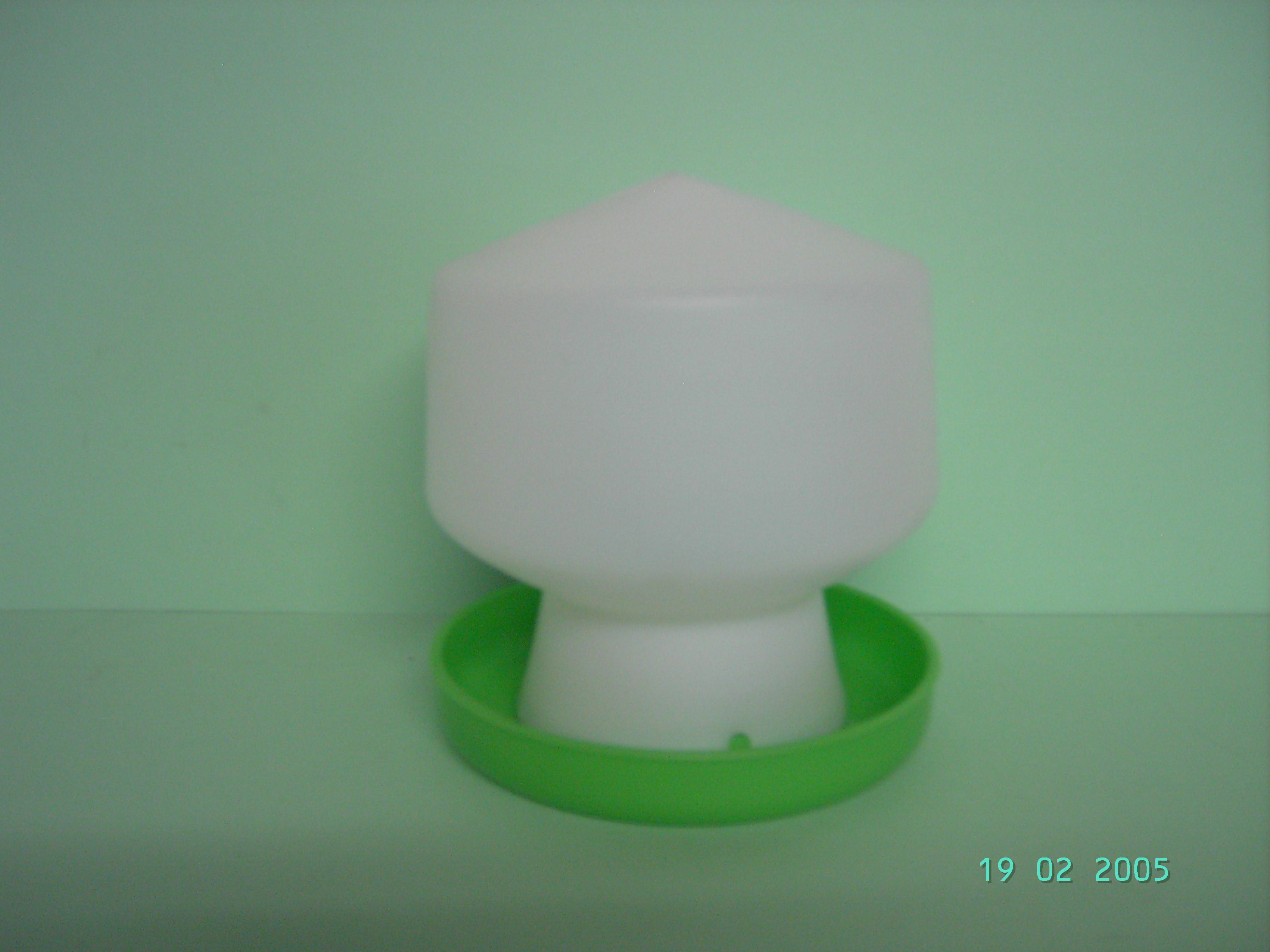 Kükentränke, Oberteil weiß Unterteil grün. 0,6 liter ...
