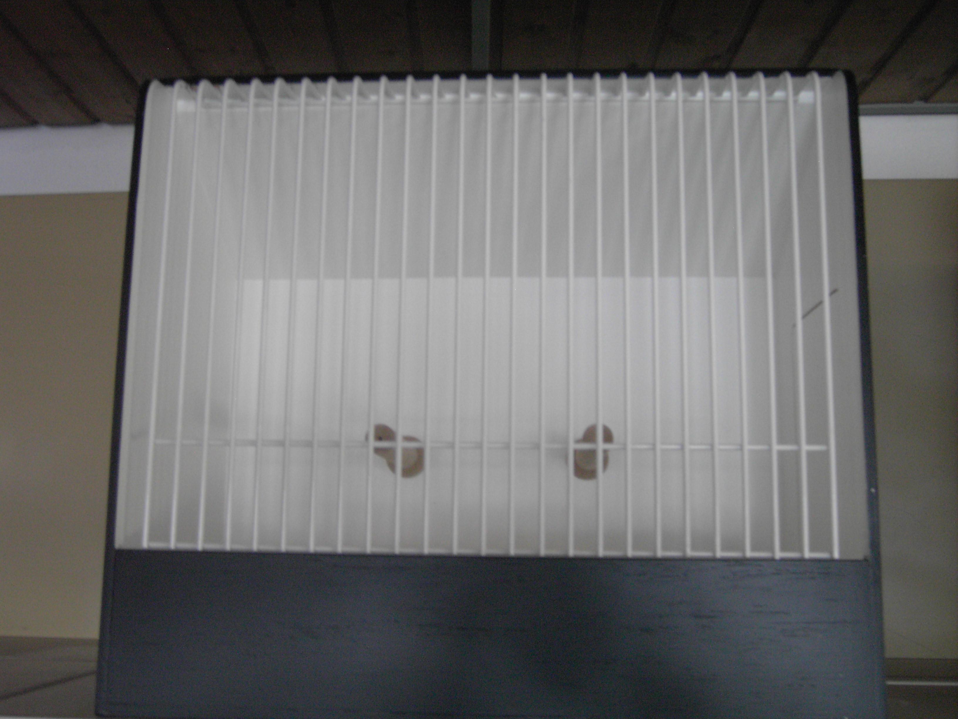 Großsittich-Schaukäfig mit weißem Gitter und Sitzstangen. Typ 1 ...